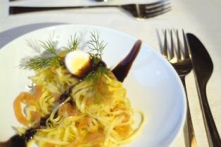 スモークサーモンのタリオリーニ バルサミコ風味
